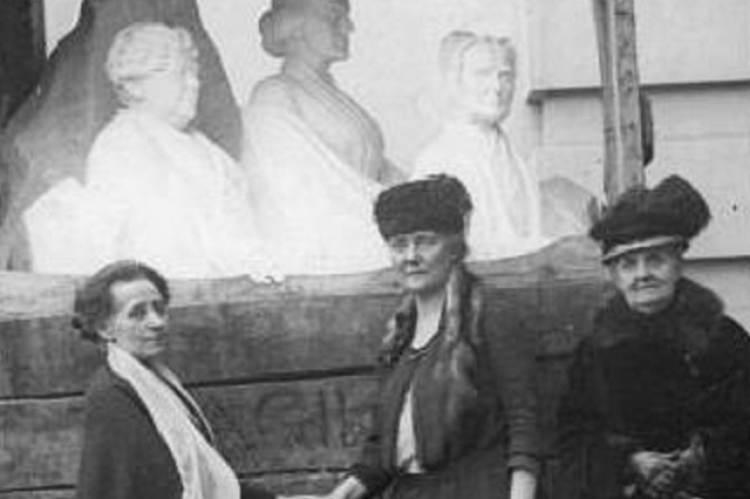Adelaide Johnson (balra) leghíresebb szobrának leleplezésén