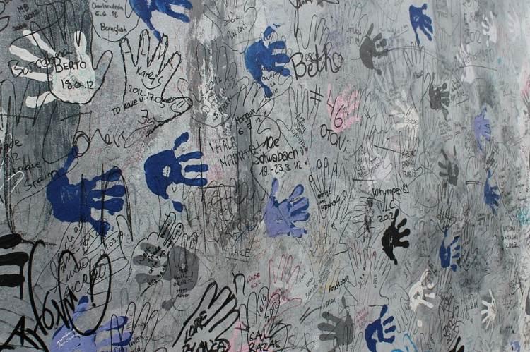 Berlini fal kéznyomokkal (Fotó: Iamanilozturk/Pixabay)