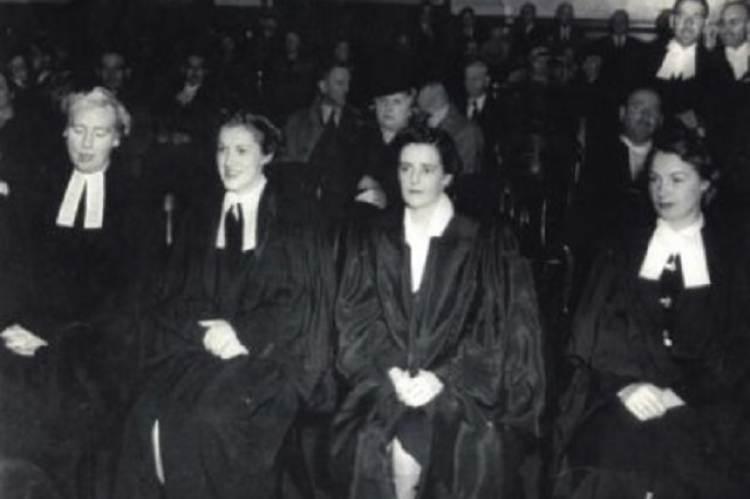 Az első kanadai ügyvédnők (1942), Elizabeth Carmichael Monk a bal szélen