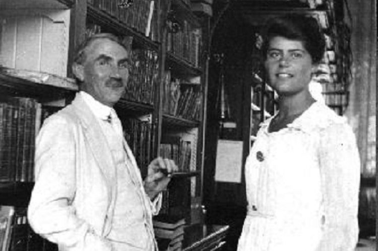 Móra Ferenc Fischhof Ágotával, az első szakképzett magyar könyvtárosnővel