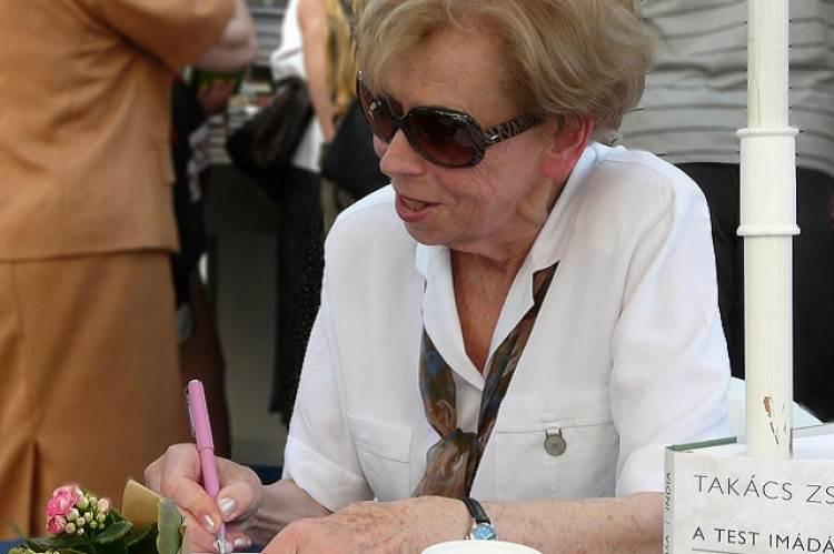 Takács Zsuzsa dedikál az Ünnepi Könyvhéten (Fotó: Vadas Róbert)