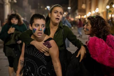 November 25-én több ezer nő tiltakozott békésen a nők elleni erőszak ellen Isztambulban.