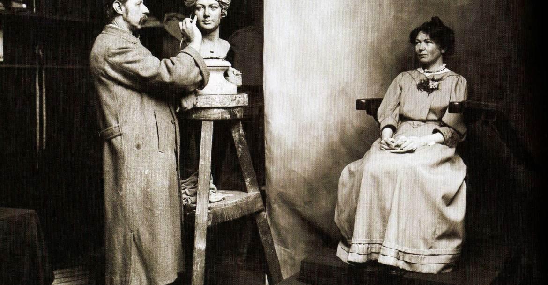 Christabel Pankhurst szüfrazsett modellt ül Madame Tussaud dédunokájának, John Tussaud-nak. (1908)