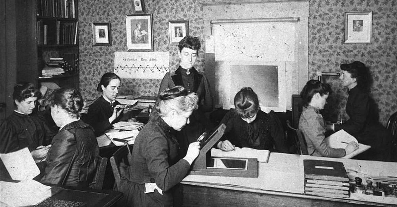 Tudósnők munkában a Harvard obszervatóriumában, köztük Henrietta Swan Leavitt (1868–1921), Annie Jump Cannon (1863–1941), Williamina Fleming (1857–1911), és Antonia Maury (1866–1952).