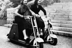 Két nő halad a a motoros rolleren 1937-ben.