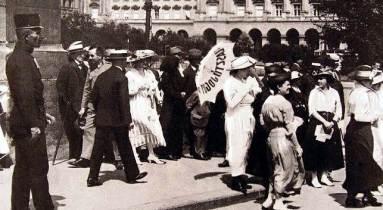 Női választójogi tüntetés a Parlament előtt 1912-ben