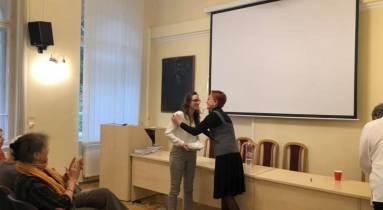 Virágh Enikő átveszi Barát Erzsébettől a Wonder Woman díjat.